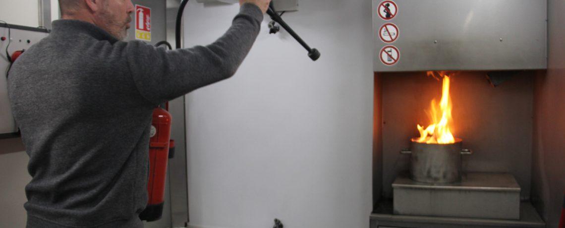 Un exercice de manipulation d'extincteur sur feu de cuisine